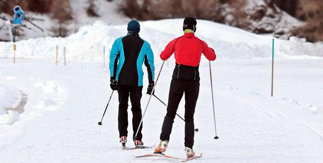 Pareja esquiando en el Ripollès